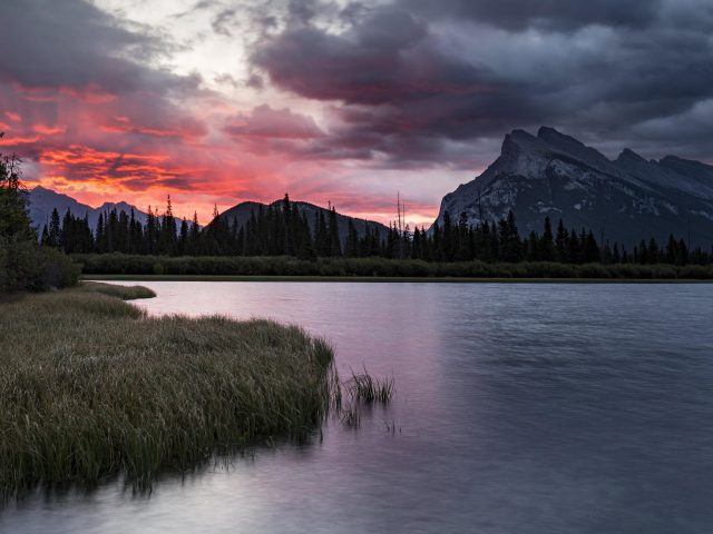 Белые и красные облака под горой перед озером во время заката природа