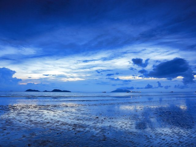 Голубое небо океан