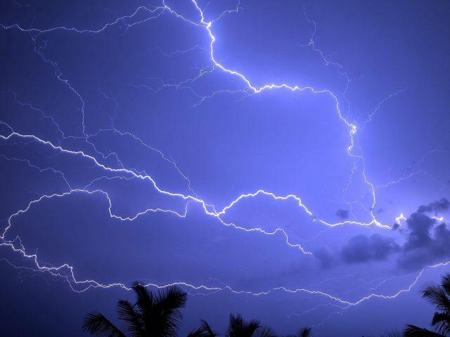 Грозовая буря пальмовое небо