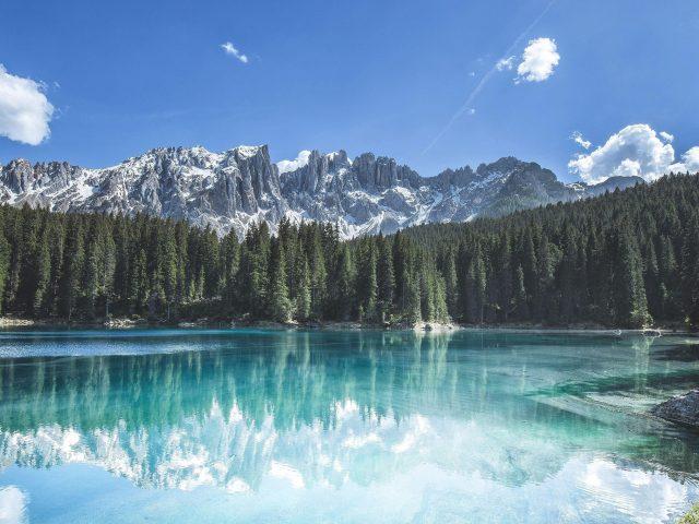Белые заснеженные горы лесные деревья отражение водной природы