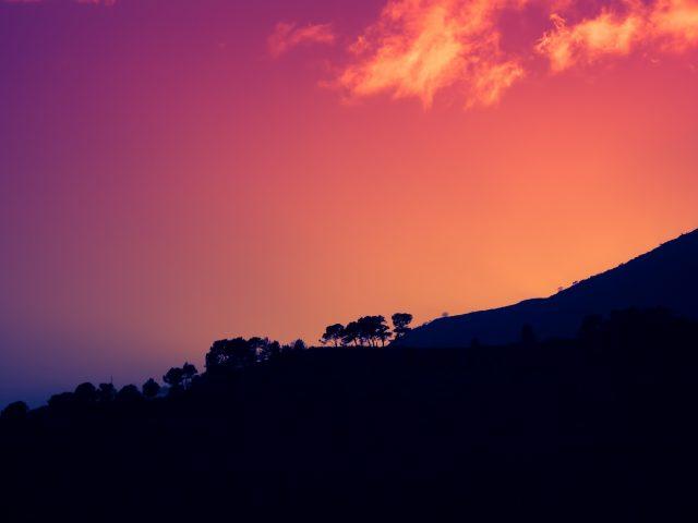 Закат темной горы Италия