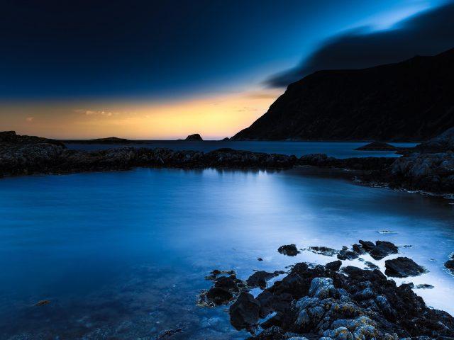 Темно-синий ночной пляж