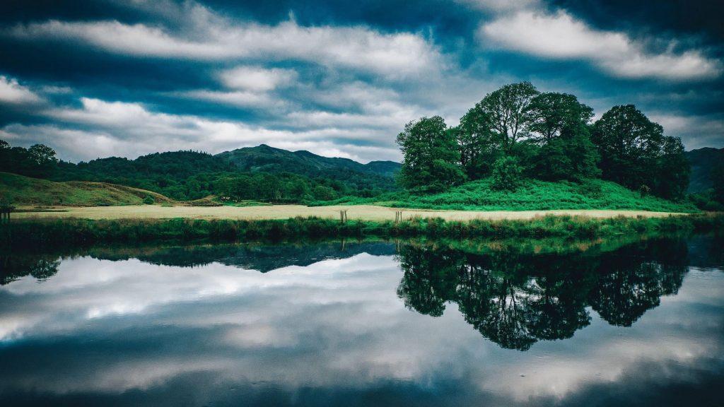 Пейзаж вид на зеленые деревья покрытые горы под облачным голубым небом природа обои скачать
