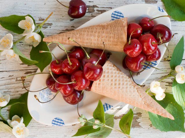 Еда,  фрукты, вишня в рожке