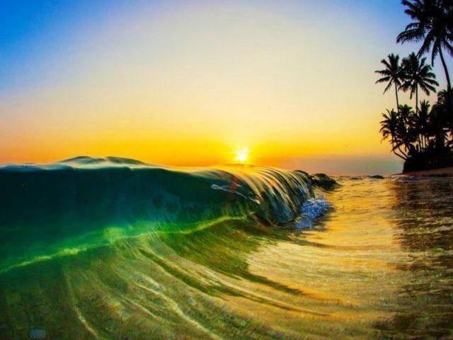 Крупным планом вид на пляжные волны во время заката природа