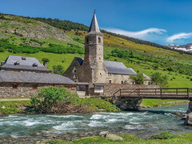 Пейзажный вид на горный склон и церковь с мостом над водой природа