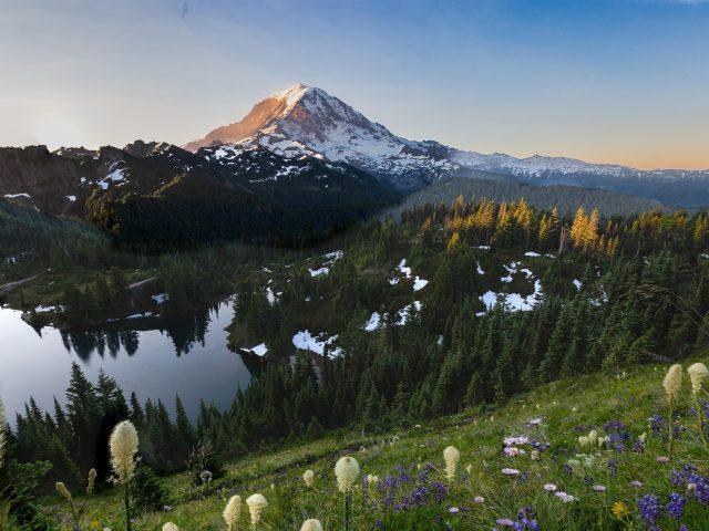 Заснеженная гора под озером с зеленым полем в дневное время природа