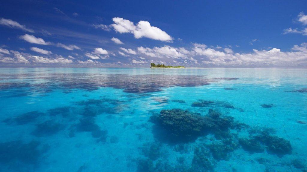 Прекрасный вид на пляж с пейзажным видом на остров под голубым облачным небом природа обои скачать