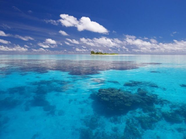 Прекрасный вид на пляж с пейзажным видом на остров под голубым облачным небом природа