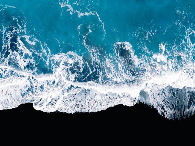 Океанские волны с высоты птичьего полета