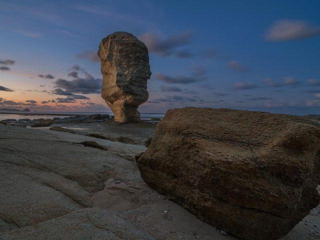 Земля скала перед морским берегом под голубым небом в дневное время природа