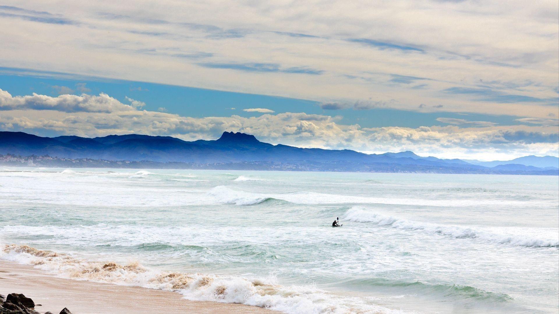 Океанские волны побережье человек гребет пейзаж вид на горную природу обои скачать