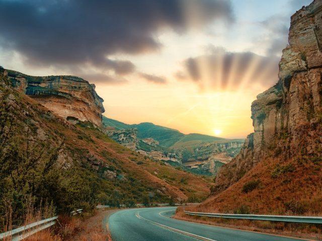 Скалы дорога солнце восход солнца