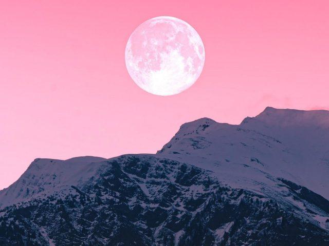Сумеречная луна над горами