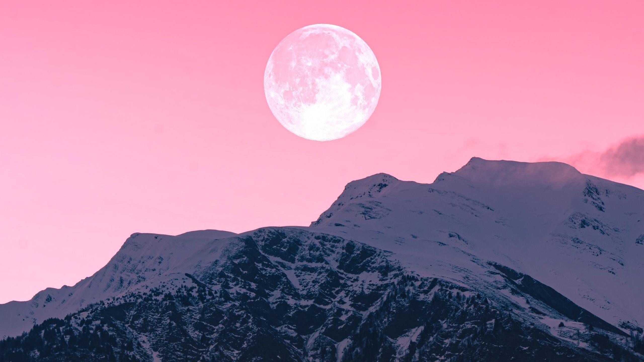 Сумеречная луна над горами обои скачать