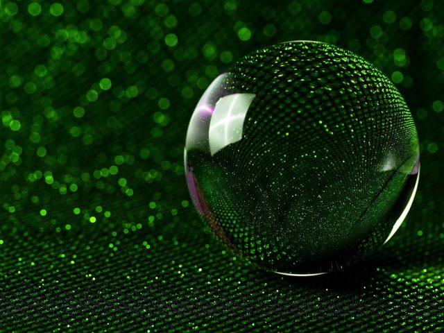 Зеленый стеклянный шар