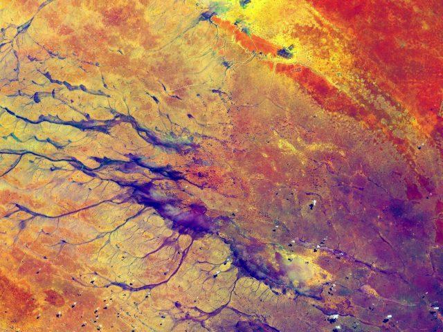 Красные желтые фиолетовые пятна краски абстрактные