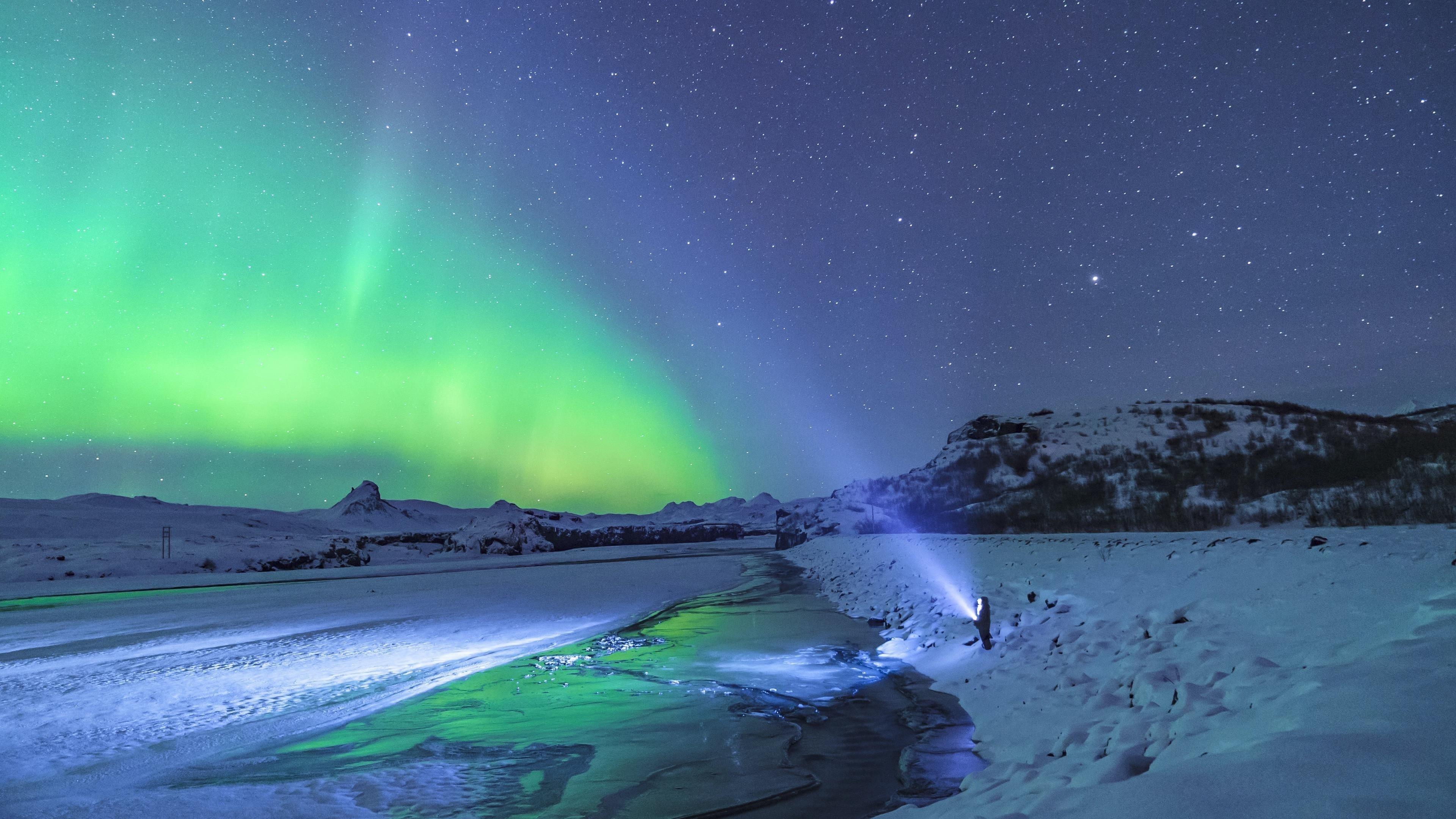 Человек, стоящий под полярным сиянием природы обои скачать