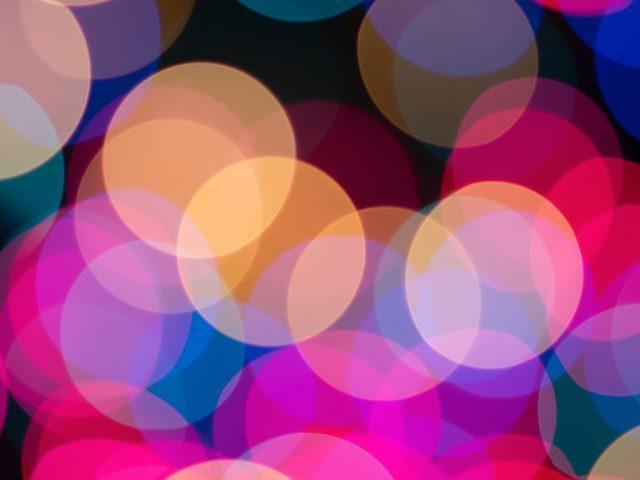 Темные красочные огни боке светящиеся размытые круги абстрактные