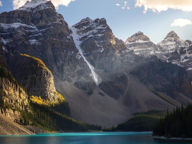 Красивые заснеженные горы озеро пейзажи природа