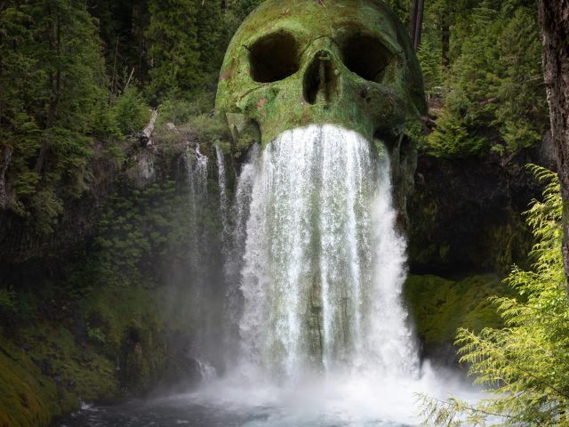 Мистический череп водопад лес