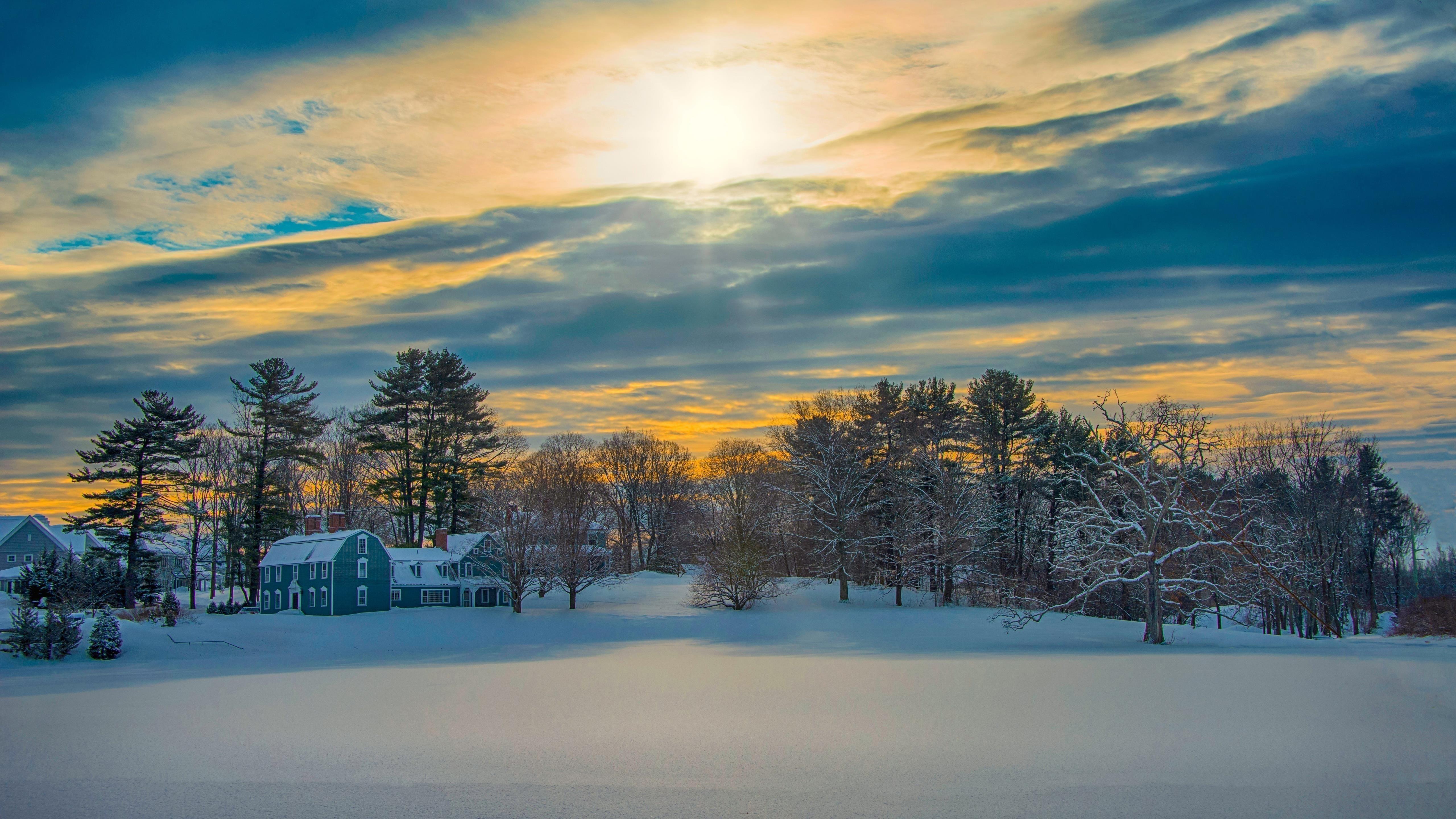 Заснеженный дом под небом во время заката зимы обои скачать