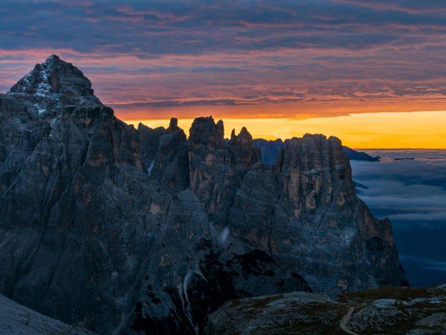 Черная гора под облаками во время заката солнца мобильный телефон природа