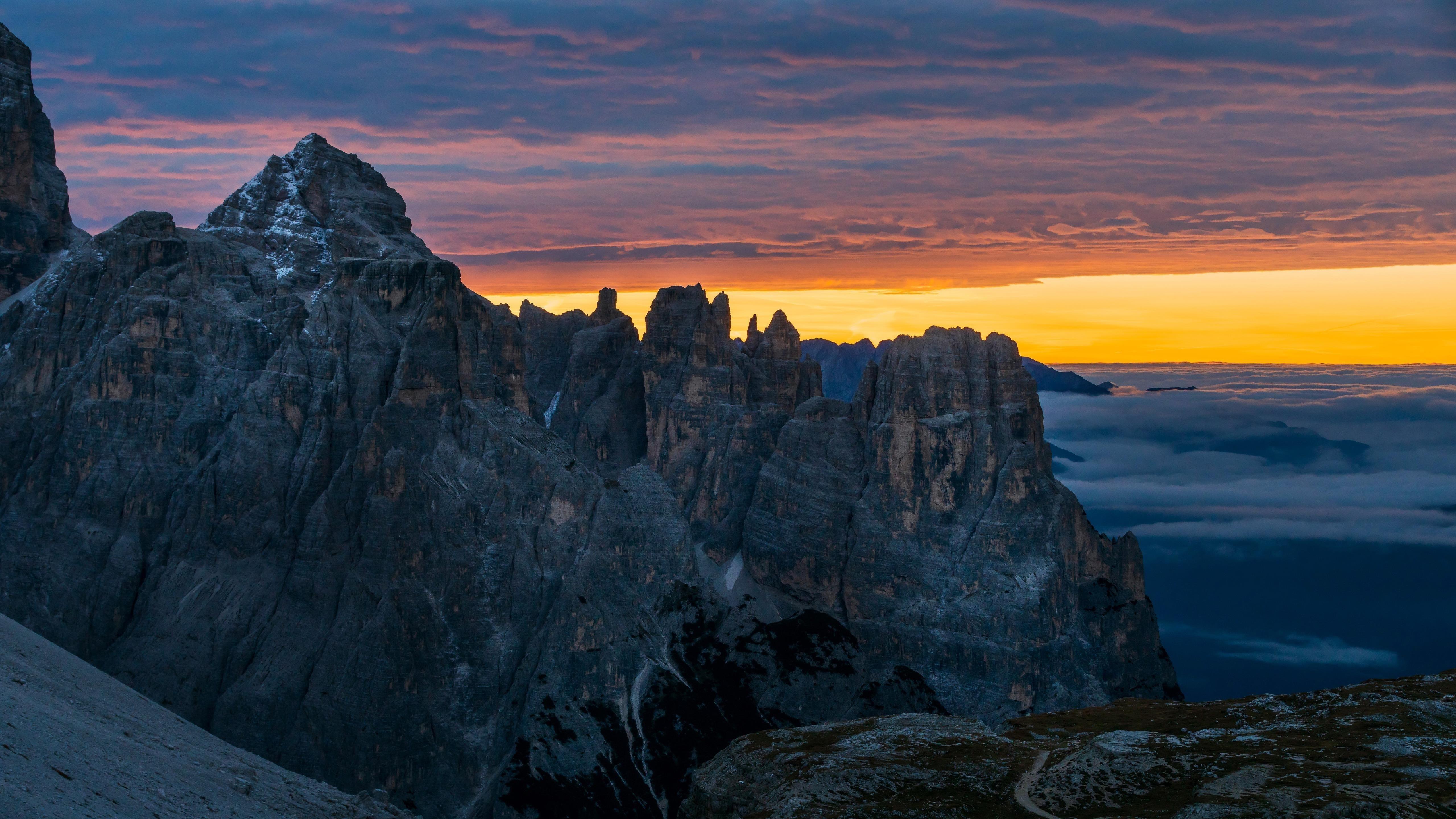 Черная гора под облаками во время заката солнца мобильный телефон природа обои скачать