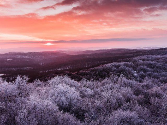 Зимний восход солнца над горами