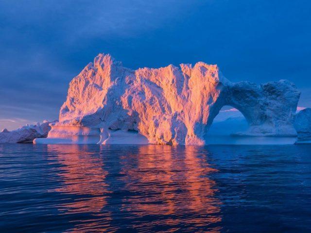 Лед Арктики посреди океана во время восхода солнца природа