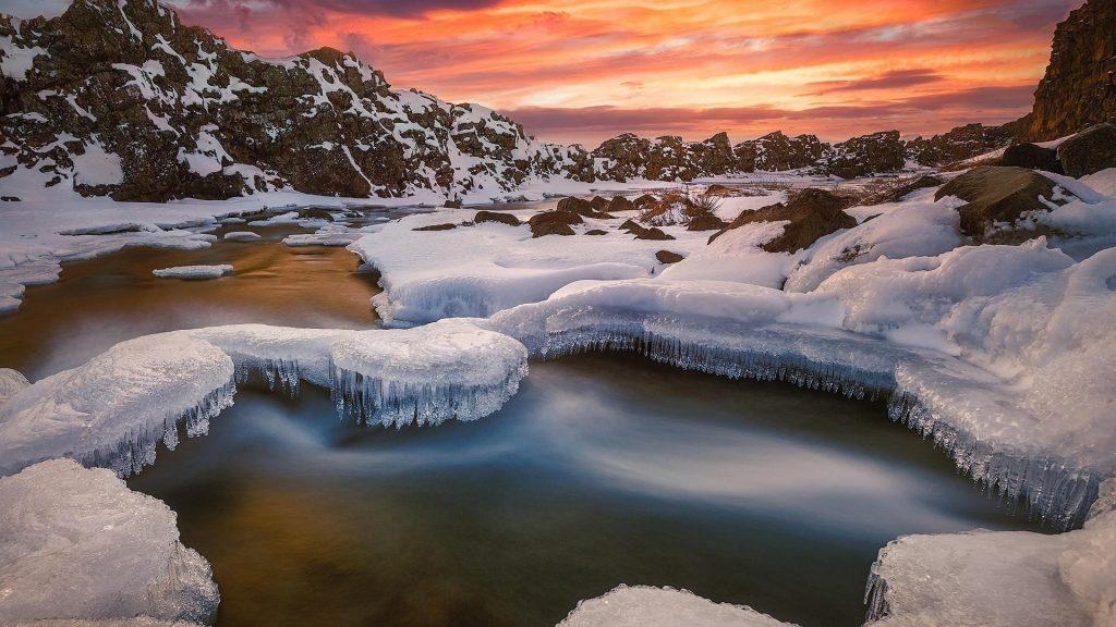 Исландская река со снегом во время заката в зимней природе обои скачать