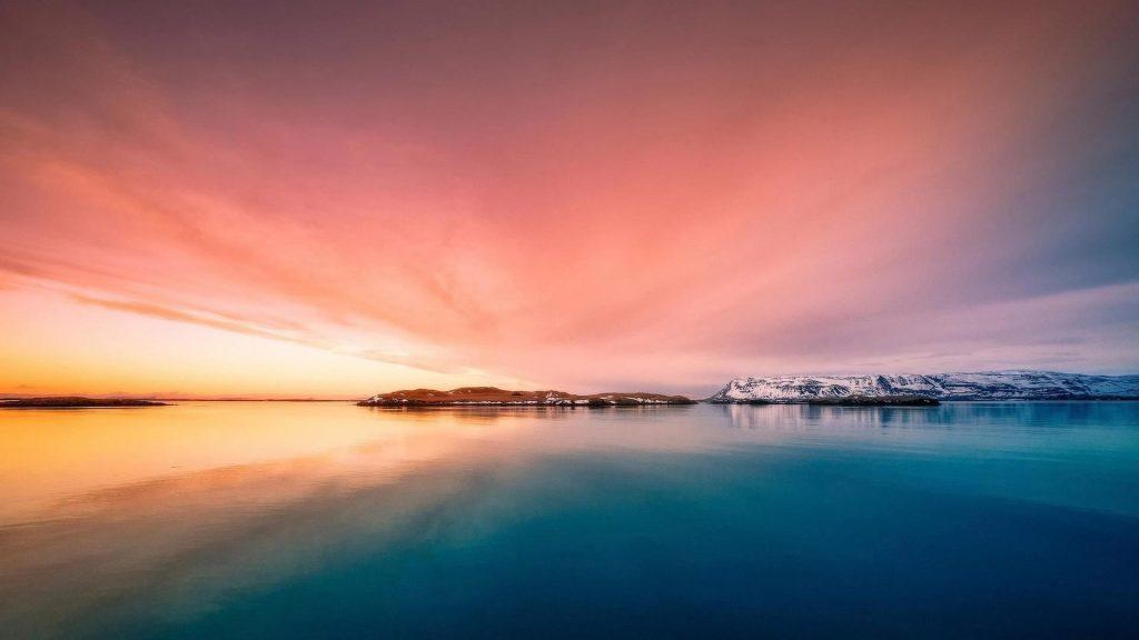 Красочные красивые пейзажи спокойный водоем под розовым облачным небом с пейзажным видом на горы природу обои скачать