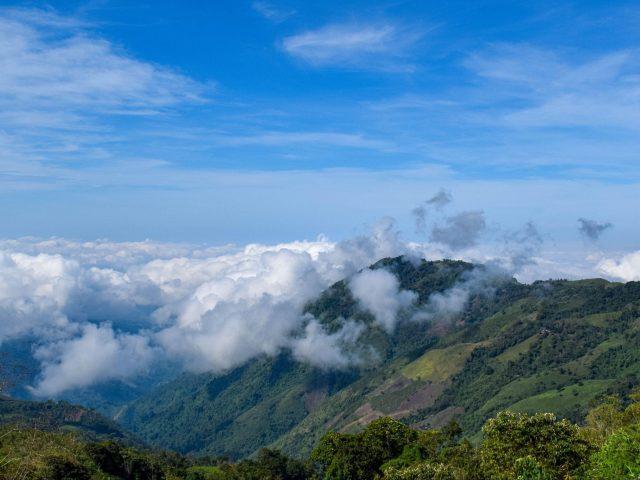 Облака на склоне холма под голубым небом природа