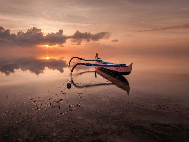 Лодка стоит в озере под облаками в дневное время природа