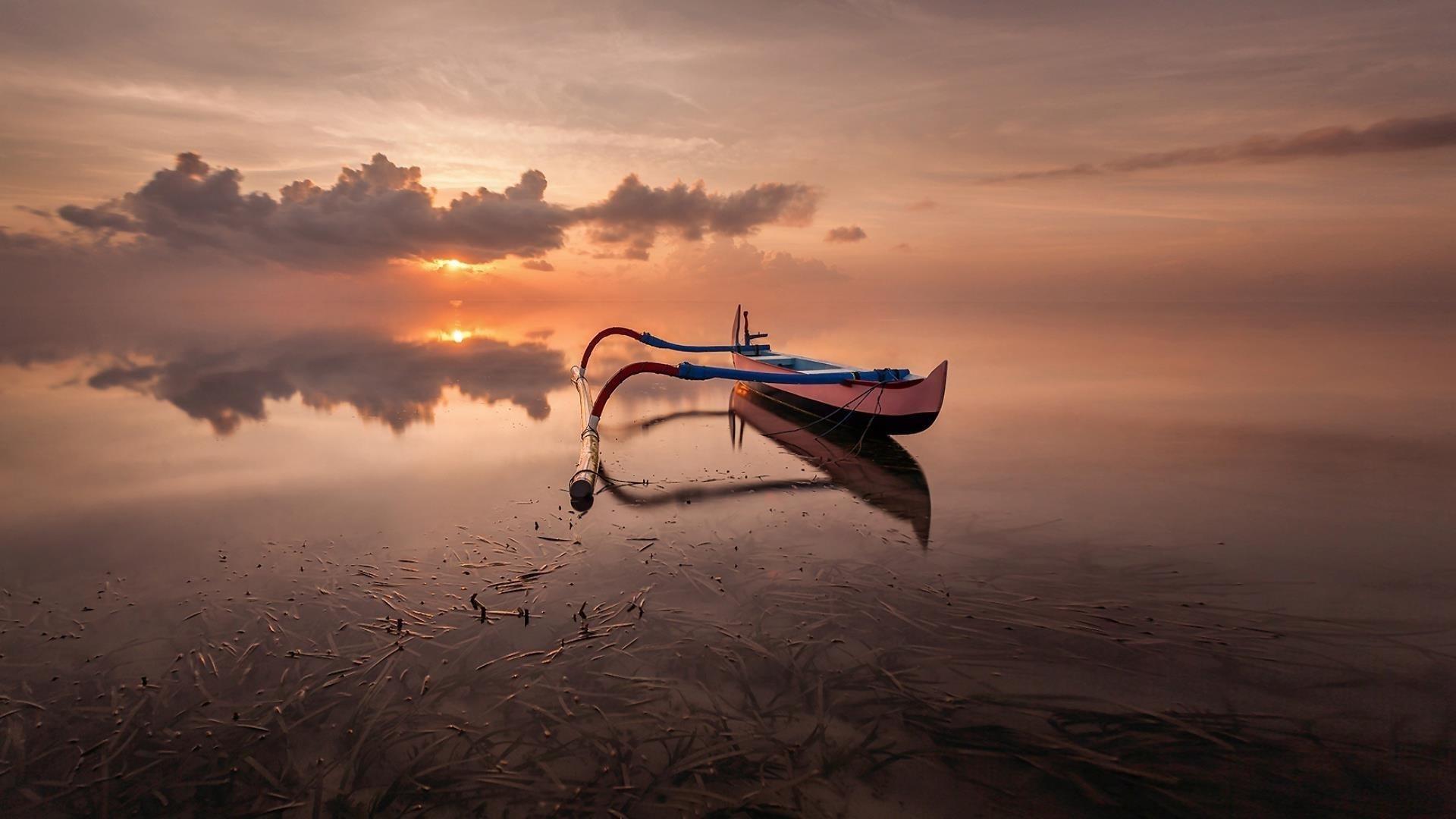 Лодка стоит в озере под облаками в дневное время природа обои скачать