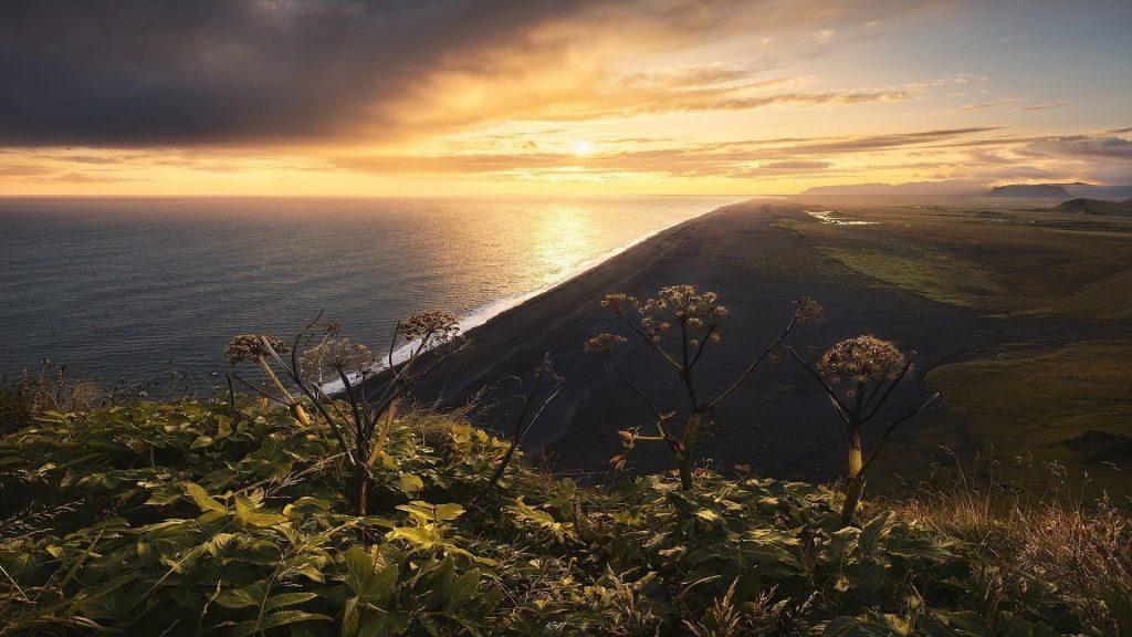 Пейзаж вид береговой линии под желто черным облачным небом природа обои скачать