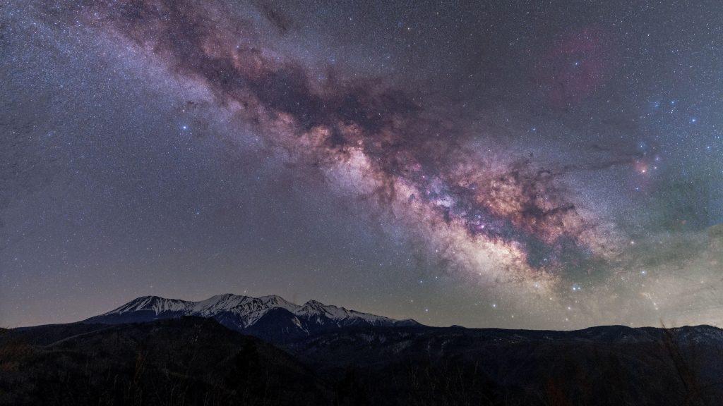 Горы под ослепительным звездным небом природа обои скачать