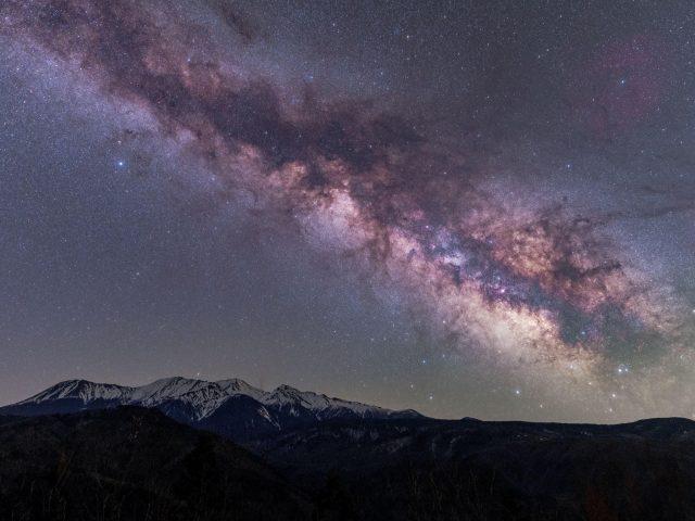 Горы под ослепительным звездным небом природа