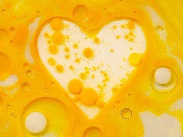 Желто-белые пузырьки в форме сердца любят