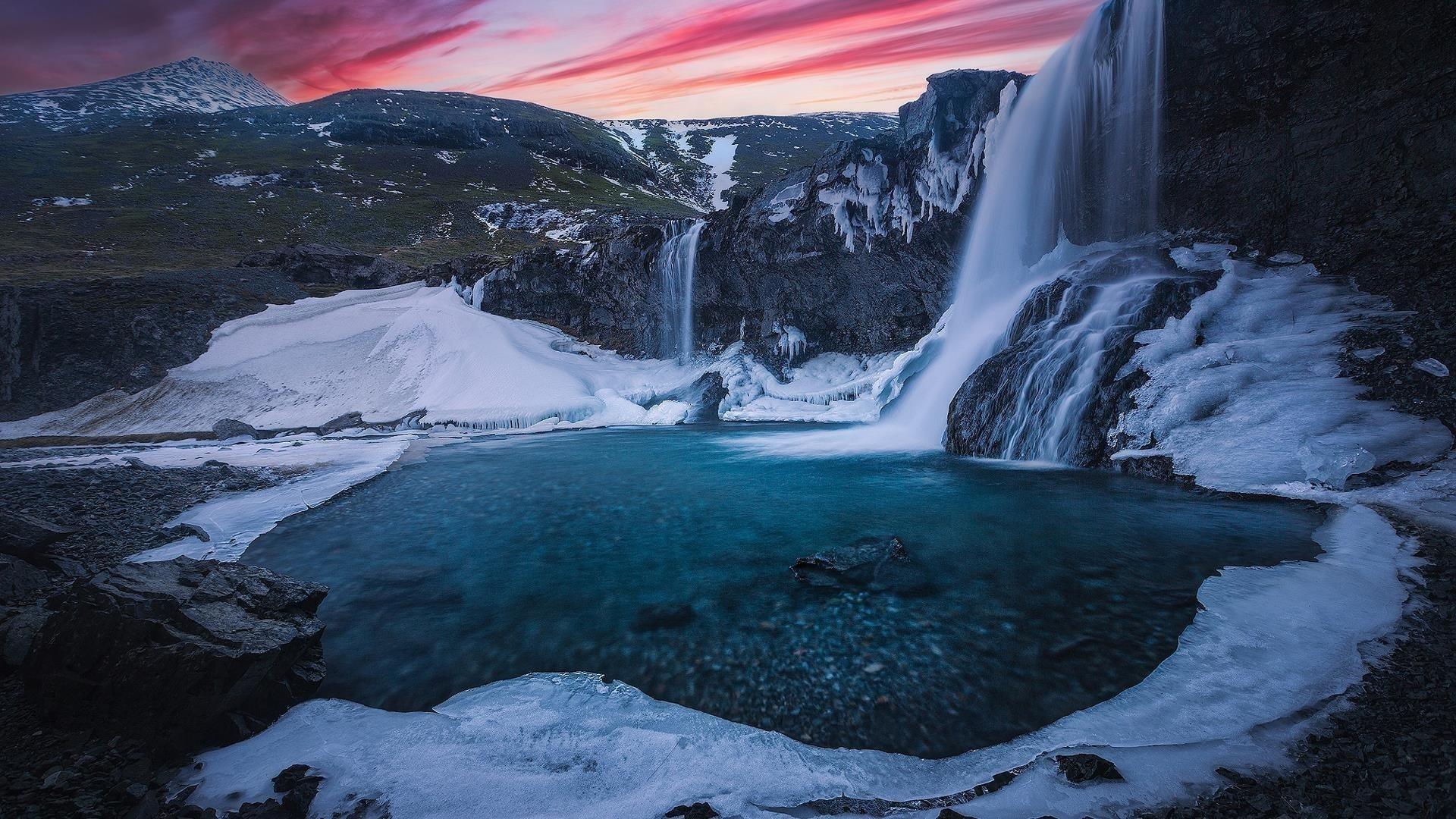 Водопад Скогафосс льется на реку во время заката с ледяной горной природой обои скачать