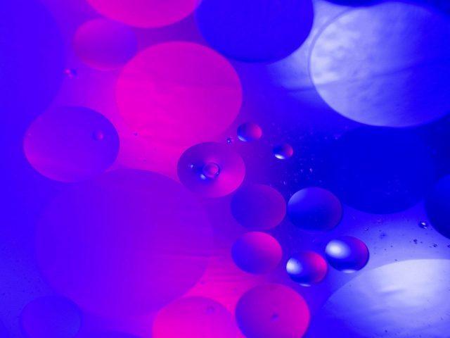 Синие фиолетовые круги пузырьковая вода абстракция