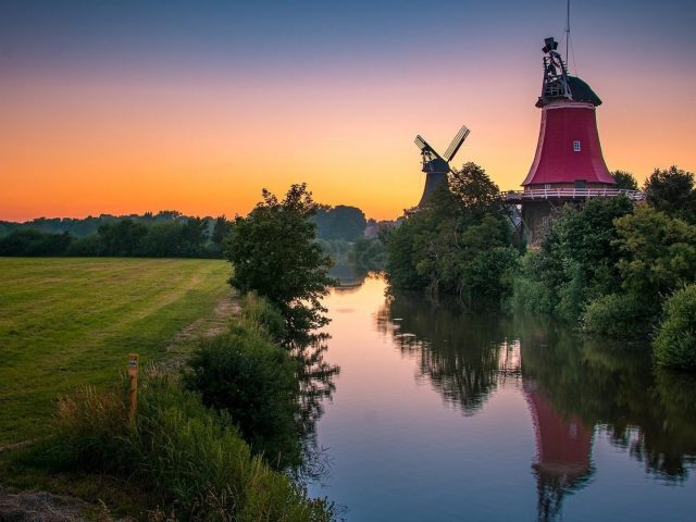 Ветряная мельница облака река трава отражение