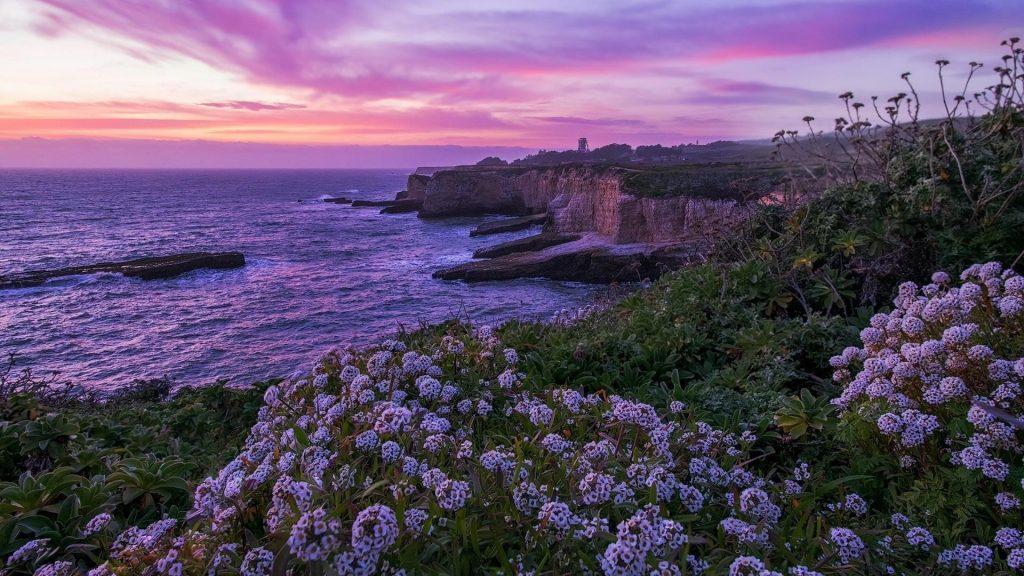 Пейзажный вид на побережье под пурпурно-желтым облачным небом природа обои скачать