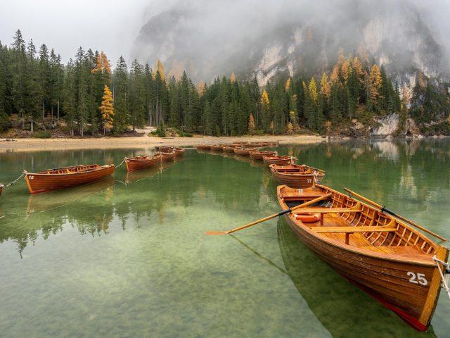 Заснеженная гора под лодкой между озерами в дневное время природа