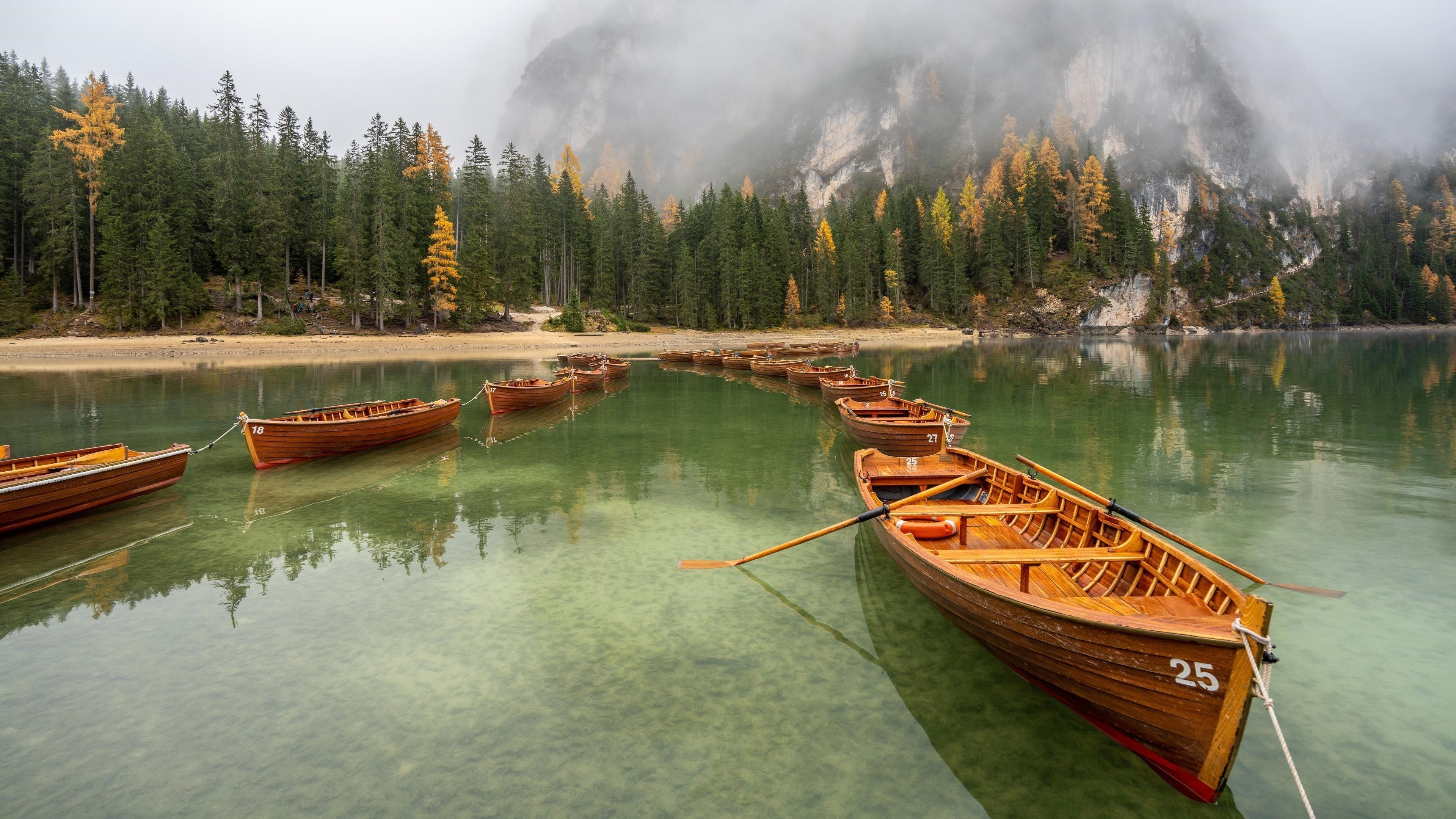 Заснеженная гора под лодкой между озерами в дневное время природа обои скачать