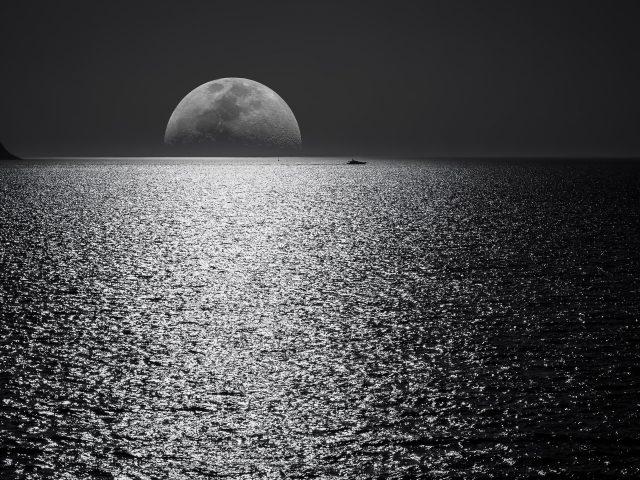Белая и Черная Луна с черным небом и водоемом
