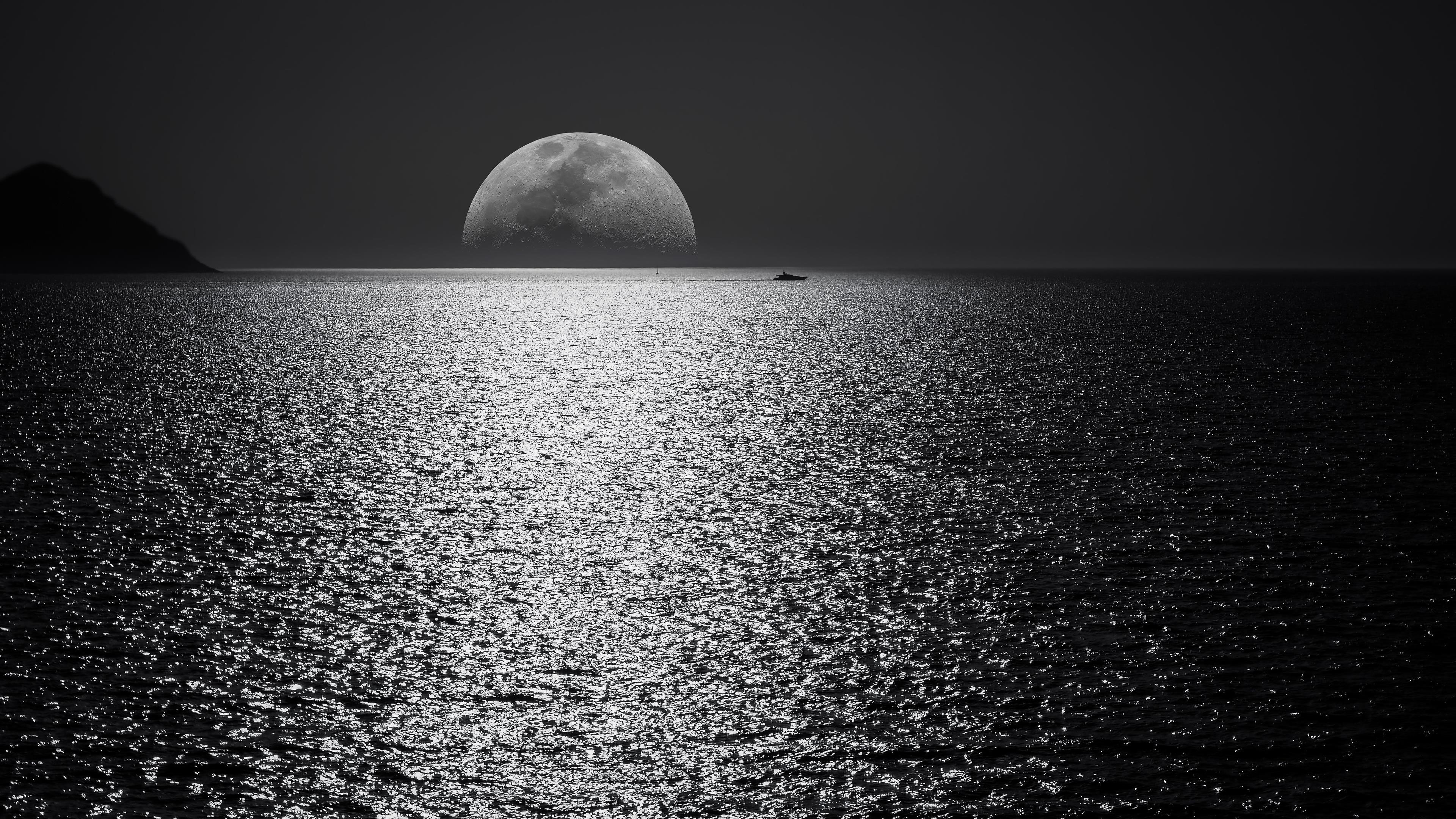 Белая и Черная Луна с черным небом и водоемом обои скачать