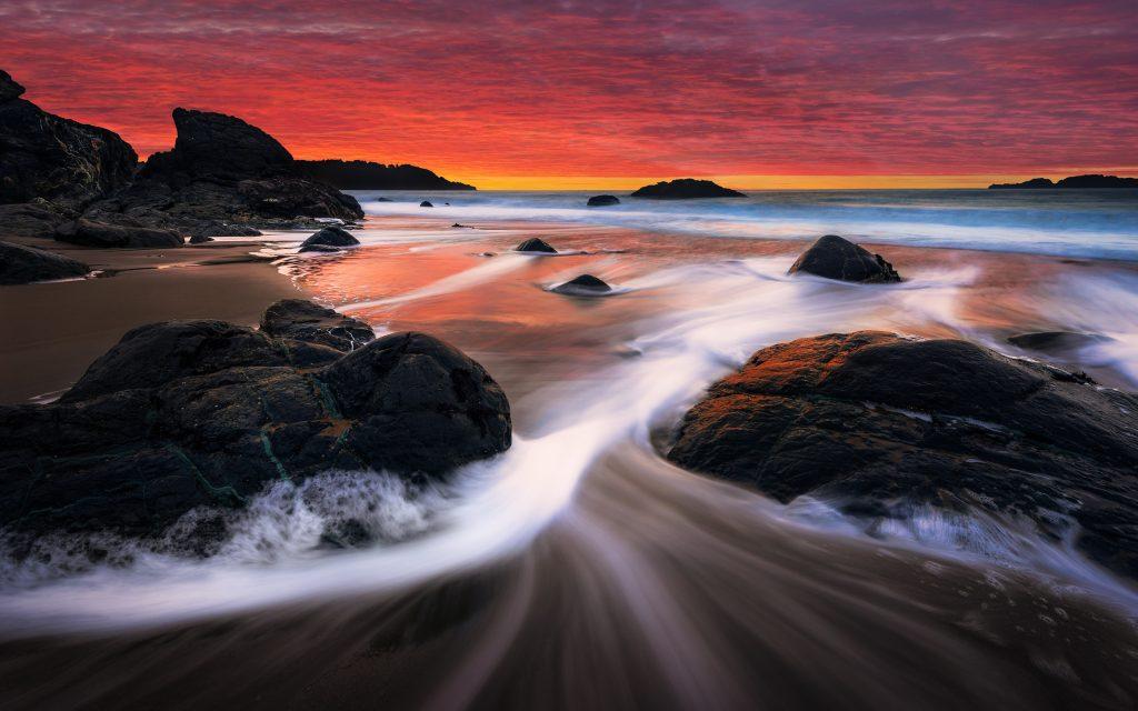Закат камни берег пляжа трансляция. обои скачать