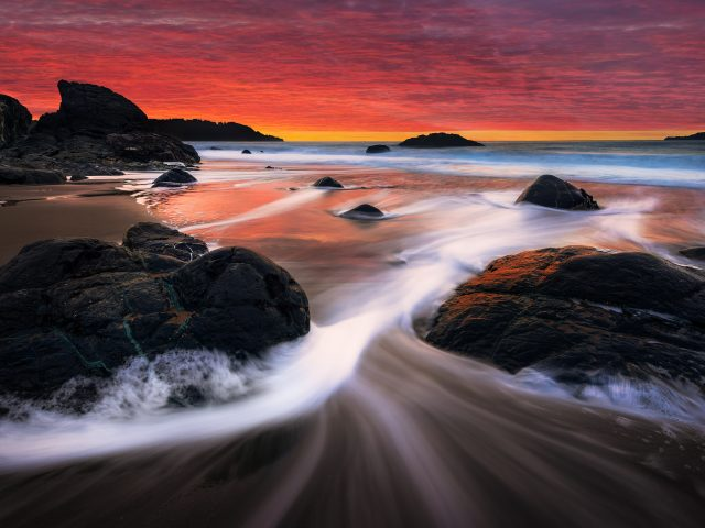 Закат камни берег пляжа трансляция.