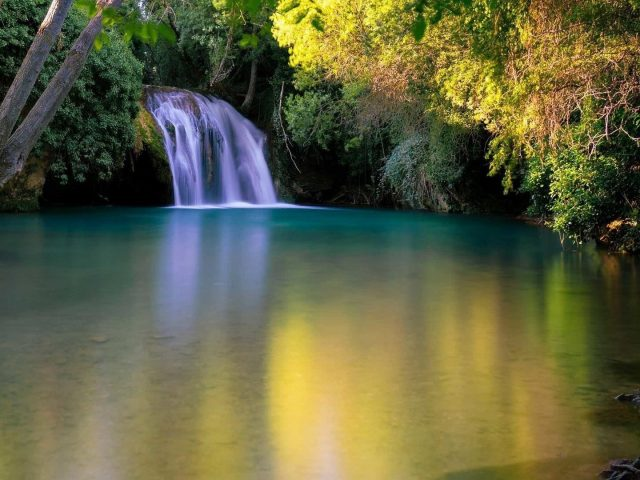 Земля водопад озеро вокруг зеленые деревья природа